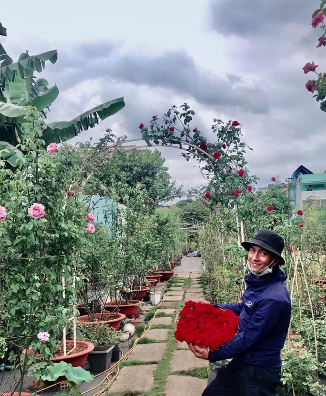 Một người trồng hoa bên thành quả của mình