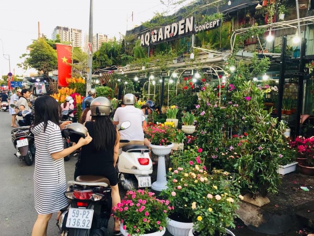 Khách lựa mua hoa trên đường Thành Thái - Quận 10