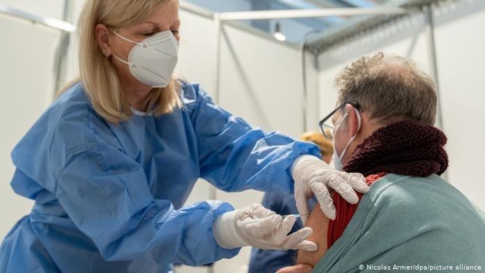 Vắc-xin có hiệu quả tốt hơn nhiễm trùng tự nhiên trong việc tạo ra hàng rào miễn dích chống COVID-19