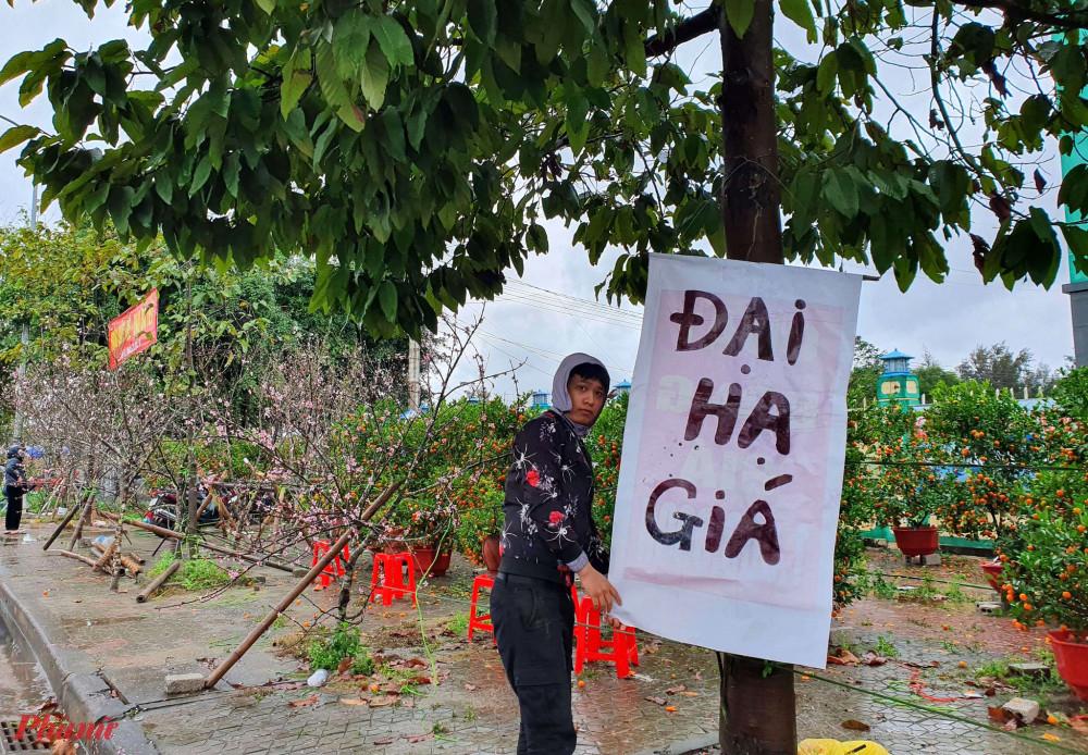 Những tấm biển hạ giá được nhiều người buôn bán đào trưng lên nhằm thu hút khách