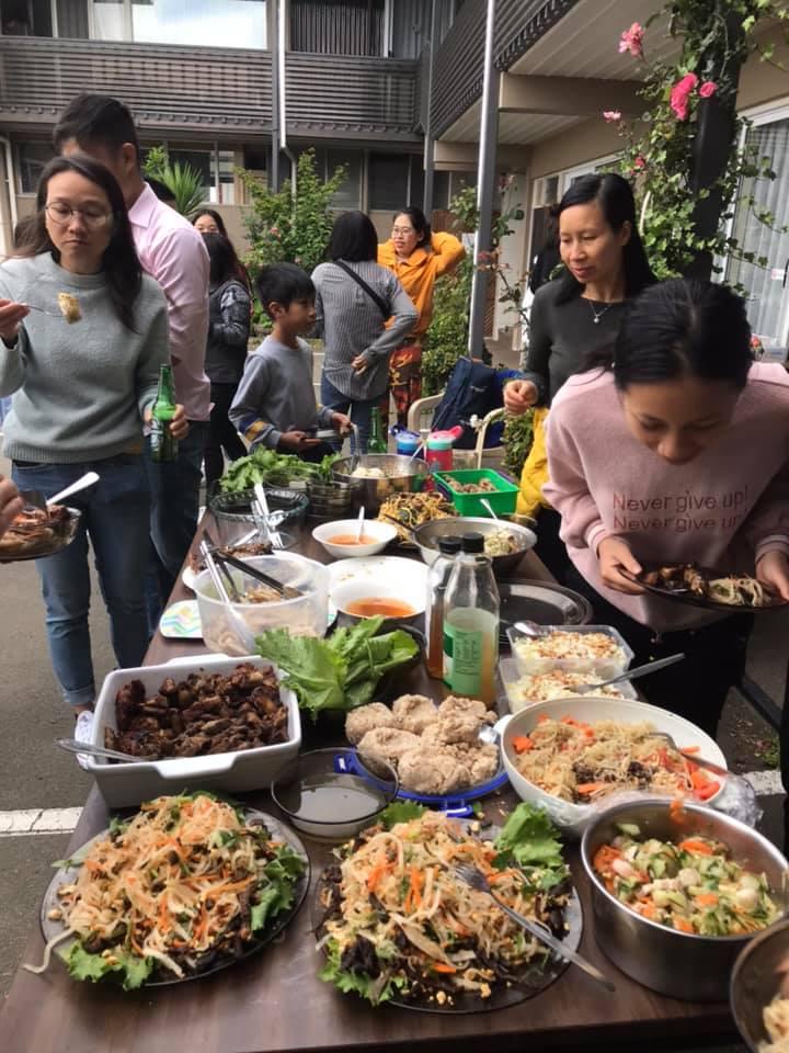 Tết cũng là dịp mọi người quây quần bên nhau, ăn những món ăn Việt, và cùng nhau cầu chúc những điều tốt đẹp cho năm mới - Ảnh: NVCC