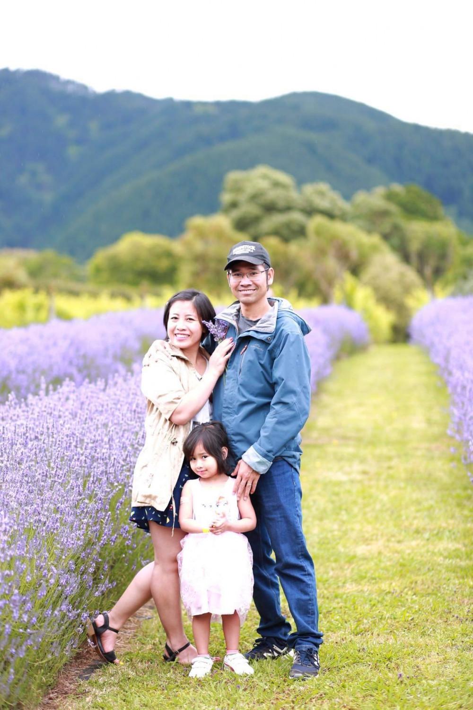 Anh Thi cùng vợ và con gái tại thành phố New Zealand - Ảnh: NVCC