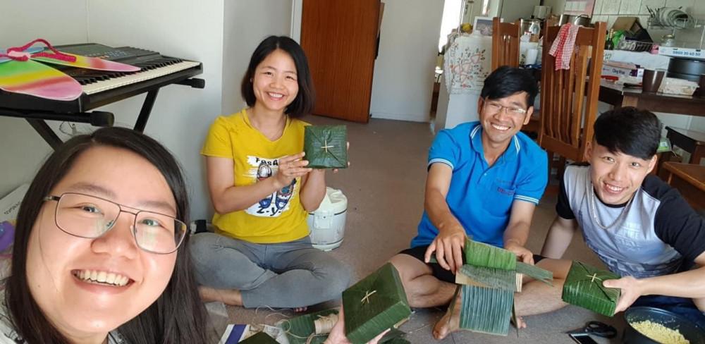 Cộng đồng người Việt tại New Zealand vẫn tranh thủ cùng nhau gói bánh chưng bánh tét để vơi bớt nổi nhớ nhà - Ảnh: NVCC