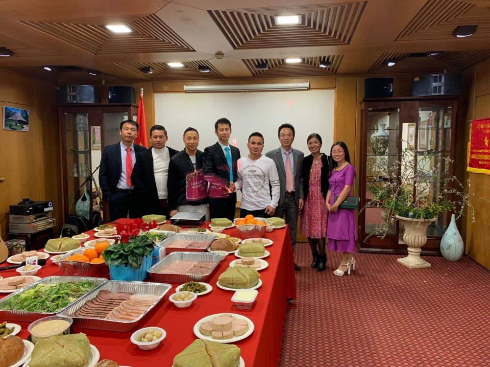 Bữa tiệc Tất niên đơn sơ nhưng ấm tình đồng hương nơi đất khách - Ảnh: NVCC