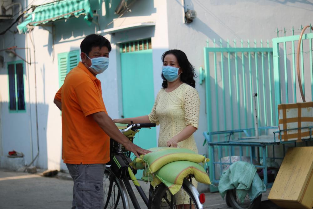 Vợ chồng chị Trang tặng gạo cho anh chị em trong xóm trọ.