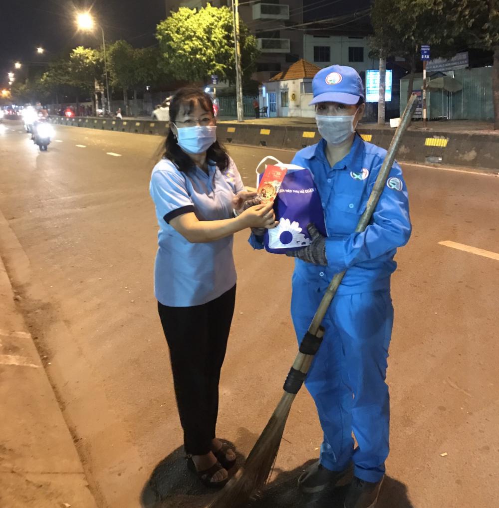 Cán bộ Hội LHPN quận 12 đến trao quà và lì xì cho các nữ công nhân vệ sinh làm việc trên đường Lê Thị Riêng.