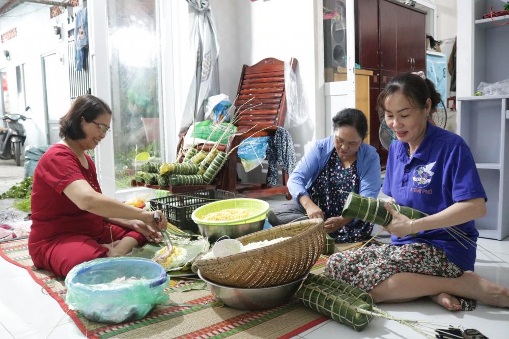 Chị Giang (bìa trái) cùng cán bộ Hội Phụ nữ khu phố gói bánh tét.