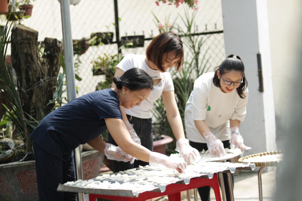 Bà Hoa (bìa trái) và chị em xóm trọ phơi củ cải chuẩn bị cho ngày tết.