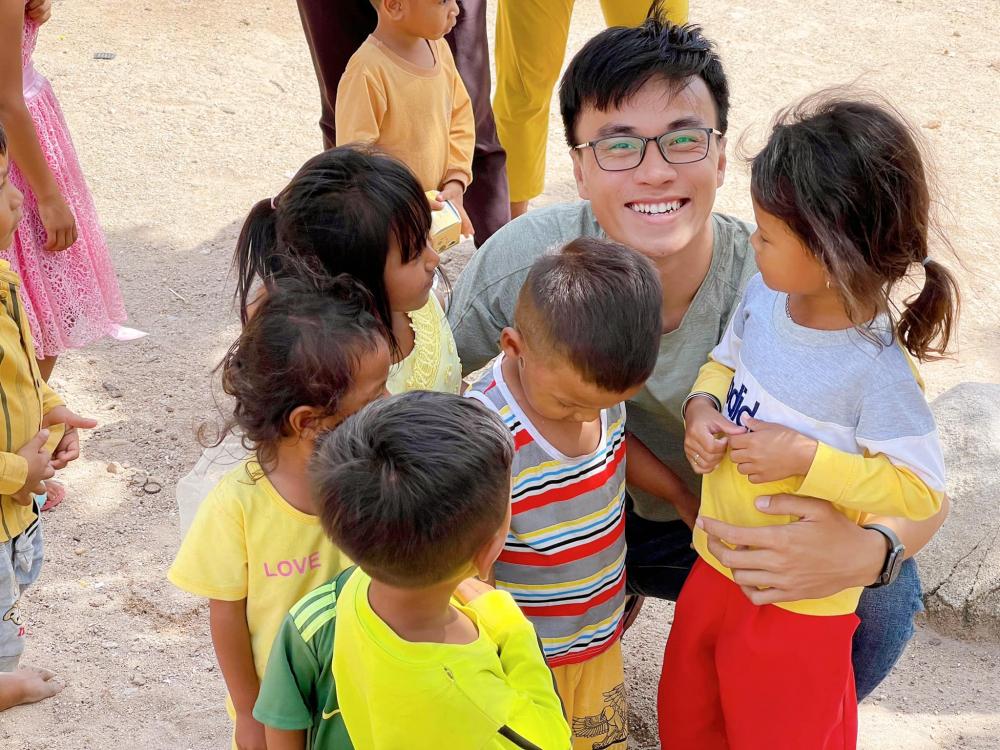 Lê Quang Long và các em nhỏ dân tộc Raglai (Ninh Thuận)