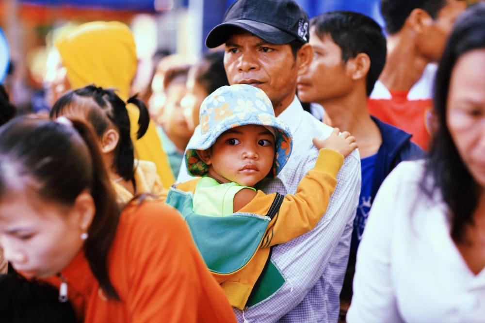 Người dân đến nhận quà ở Quảng Ngãi.