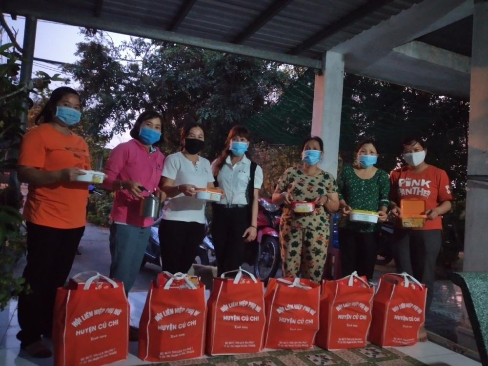 Hội LHPn H, Củ Chi trao thịt kho kèm quà Tết cho nữ công nhân xa quê