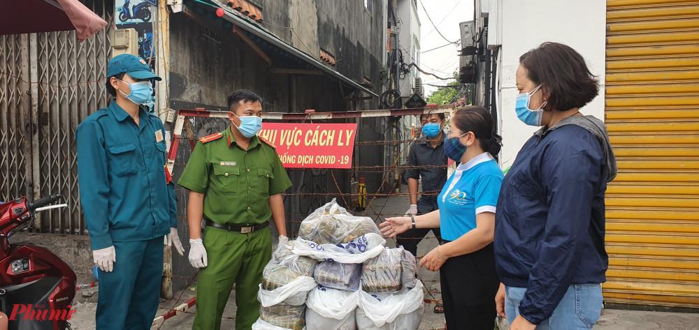 Hội LHPN quận Gò Vấp tặng bánh tét cho các hộ dân tại khu cách ly