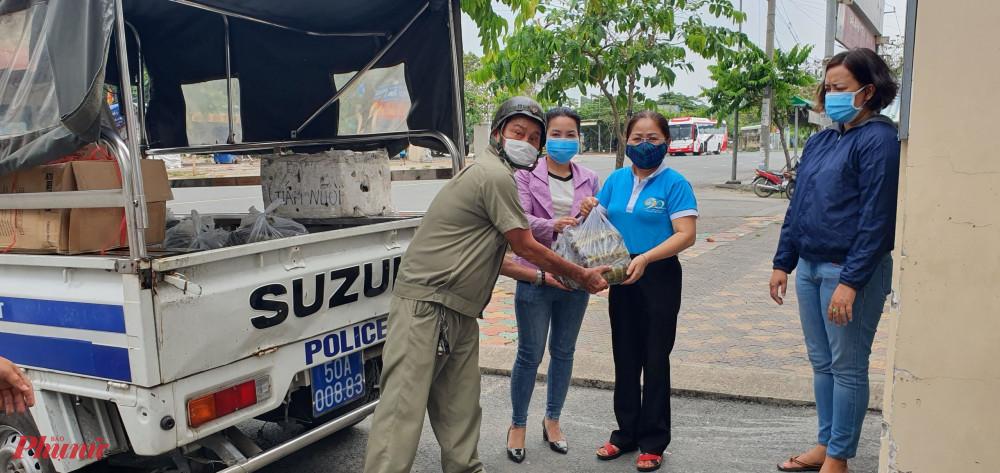 Hội LHPN quận Gò Vấp vận chuyển bánh tét chuẩn bị gửi đến các hộ gia đình đang thực hiện cách ly
