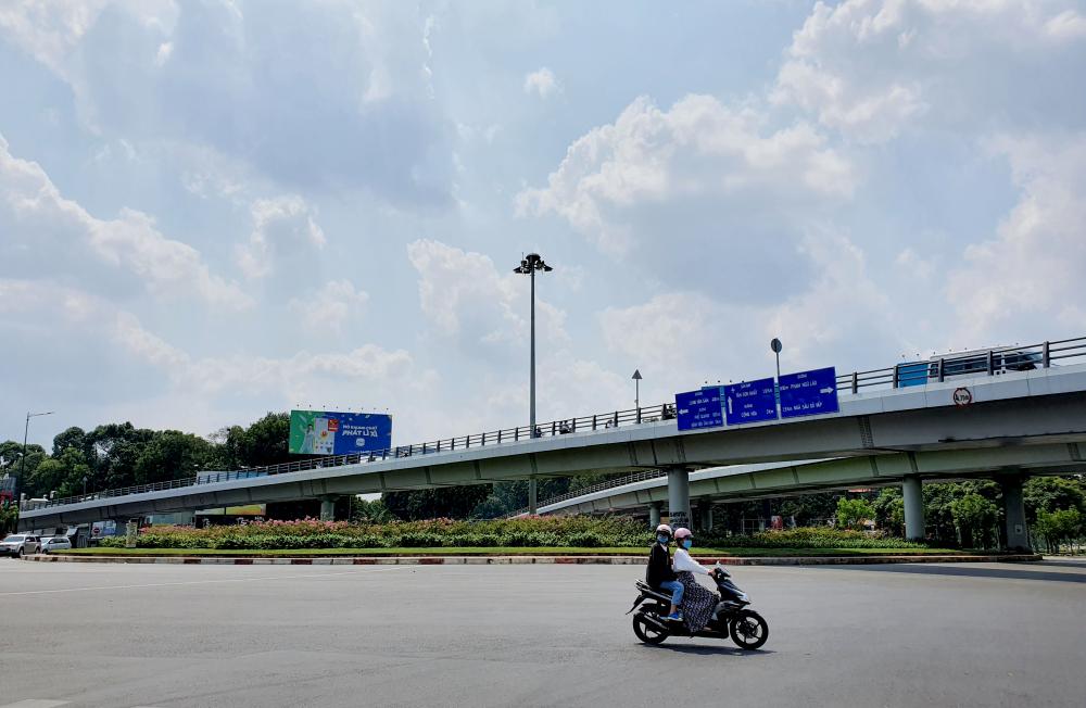 Vòng xoay tại giao lộ Phạm Văn Đồng - Nguyễn Thái Sơn - Nguyễn Kiệm hướng vào cảng hàng không Tân Sơn Nhất