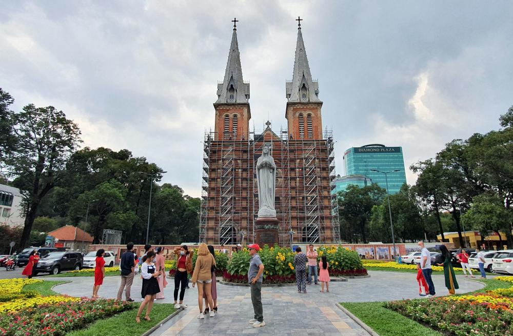 Cách đó không xa, nhà thờ Đức Bà cũng là nơi người dân đến cầu nguyện và dạo mát trong những dịp lễ tết