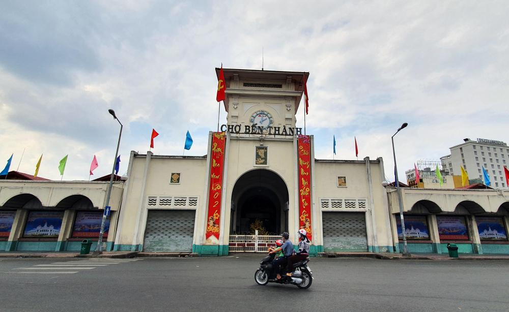 Khung cảnh vắng vẻ, bình yên tại chợ Bến Thành - một trong những biểu tượng của TP HCM