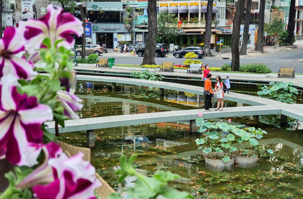 Nơi này cũng được TP HCM trang trí nhiều hoa tươi nên cũng thu hút người dân đến du xuân khi cảm thấy muốn tránh những nơi đông đúc