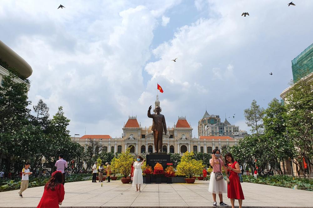 Phía trước tượng đài Bác Hồ trên phố đi bộ Nguyễn Huệ thu hút người dân đến dạo chơi, chụp ảnh