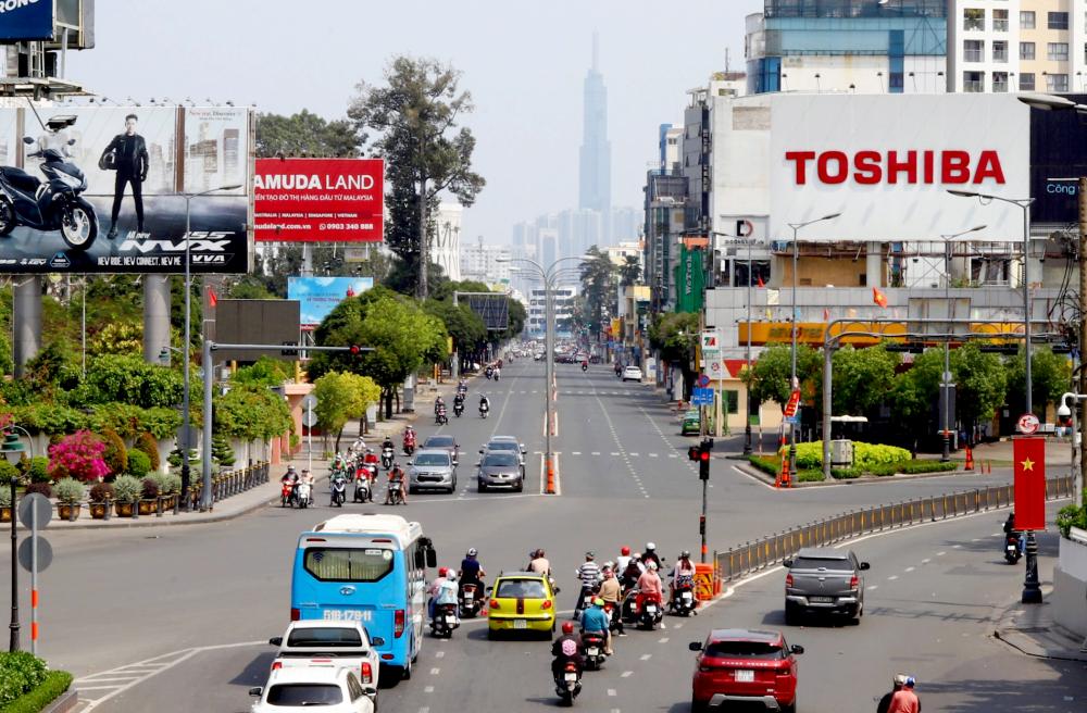 Đường Hoàng Văn Thụ hướng từ trung tâm ra sân bay Tân Sơn Nhất như khoát lên bộ áo mới trong những ngày tết