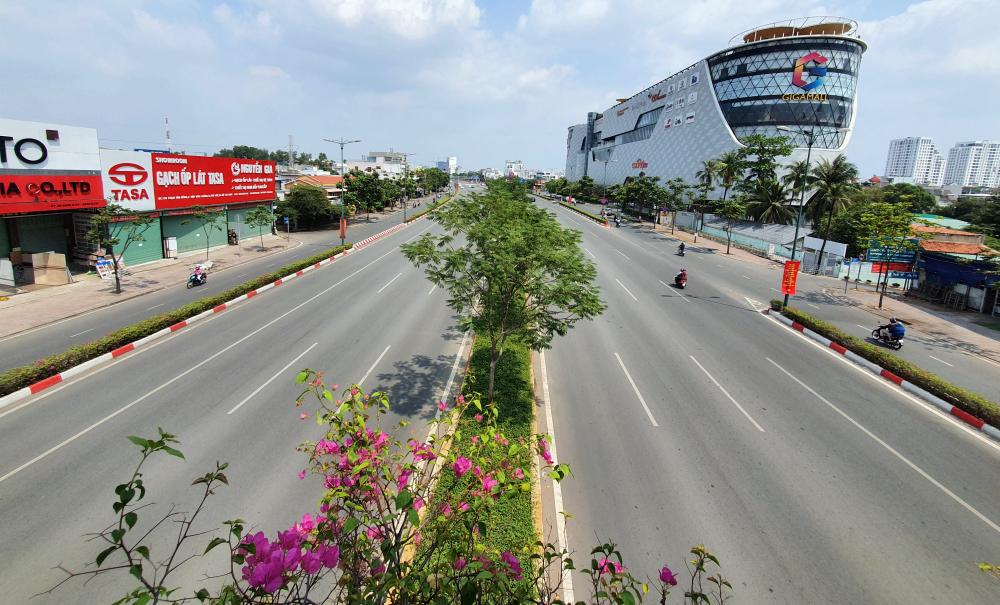 Đại lộ đẹp nhất TP HCM Phạm Văn Đồng (TP Thủ Đức) cũng thưa thớt phương tiện giao thông.