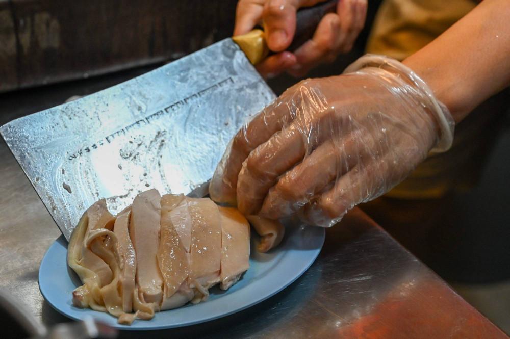 Lim Wei Keat bày đĩa cơm gà Singapore - Ảnh: AFP-JIJI