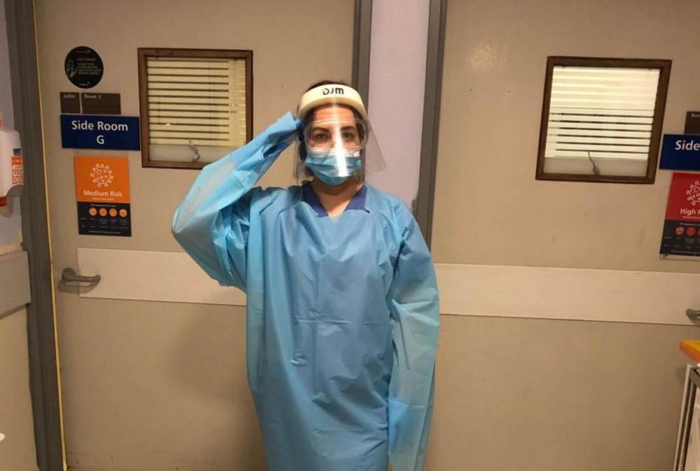 Jolantyte trong bộ đồng phục nhân viên chăm sóc y tế. Cô đang làm việc tại khoa điều trị Covid-19 thuộc một bệnh viện tuyến đầu của London. (Ảnh: Reuters)