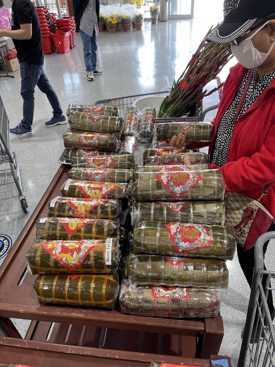 Một người dân địa phương đang chọn cho mình những cây bánh tét ngon nhất cho ngày Tết
