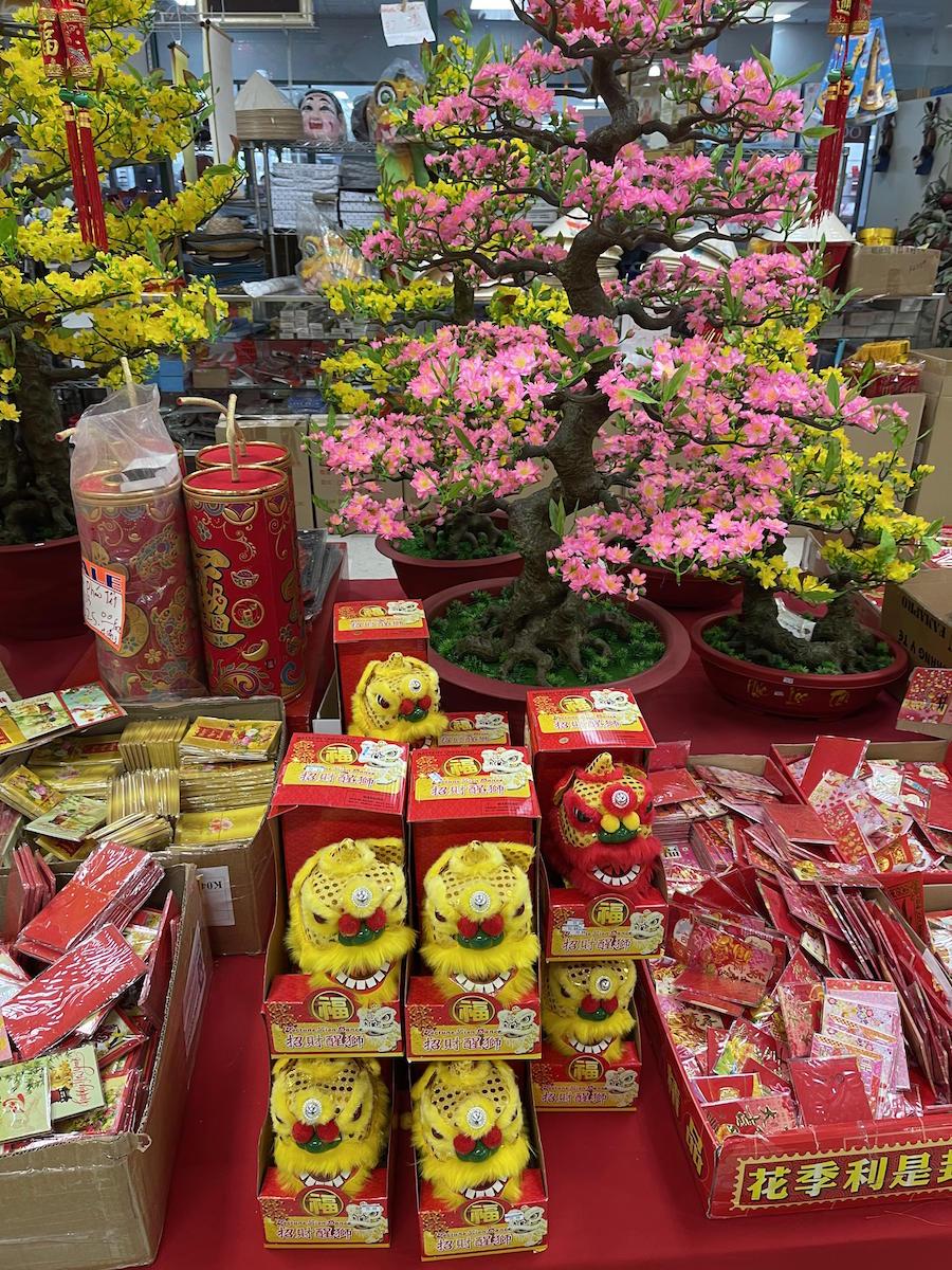 Phong bao lì xì và đồ trang trí Tết được bày bán rất nhiều ngay giữa sảnh chợ Hong Kong 4, khu Bellaire nơi tập trung nhiều người Việt nhất trong cộng đồng