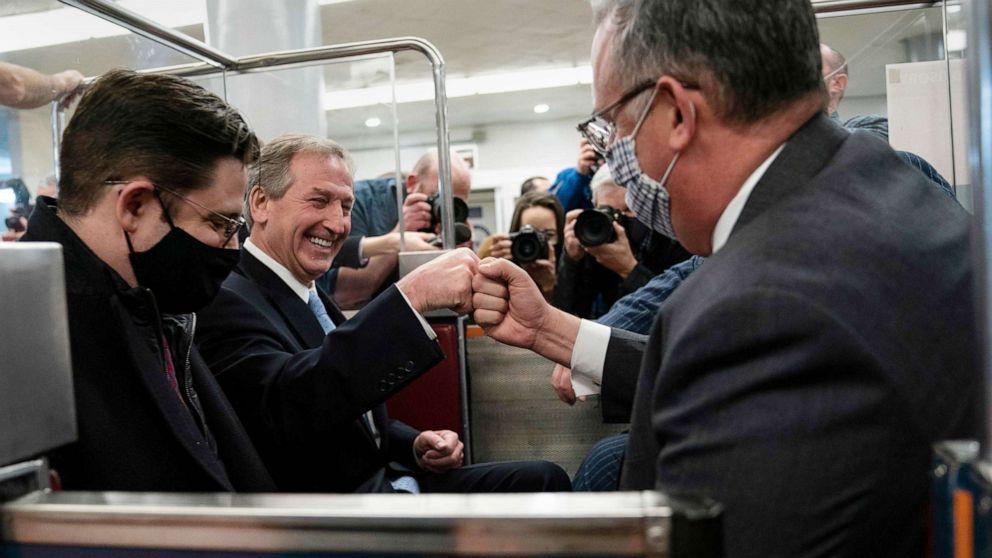 Các luật sư của ông Trump chia sẻ chiến thắng tại phiên tòa - Ảnh: AFP/Getty Images