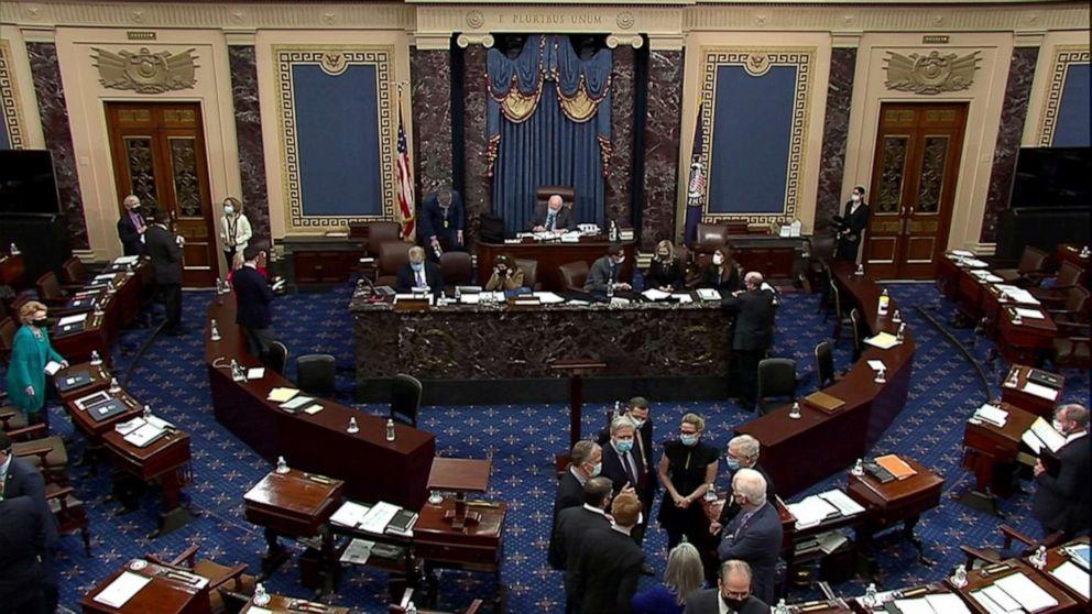 Lãnh đạo phe thiểu số Thượng viện Mitch McConnel trao đổi cùng các TNS khác sau khi Thượng viện bỏ phiếu về việc có mới nhân chứng hay không trong ngày thứ năm (13/2) của phiên tòa luận tội cựu Tổng thống Donald Trump - Ảnh: Reuters/ U.S. Senate TV