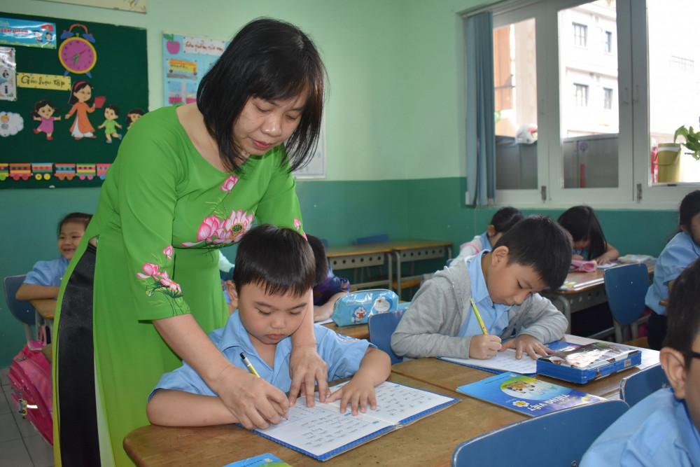 Học sinh TP.HCM tạm dừng đến trường, chuyển sang học online