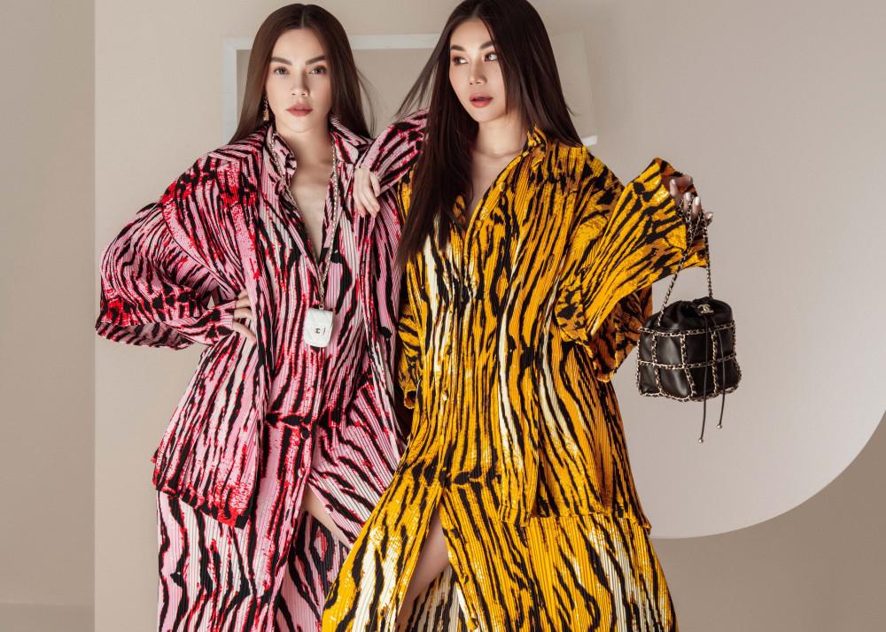 Cả hai tiếp tục chọn những gam màu tươi tắn như: hồng, vàng nhưng được kết hợp với hoạ tiết màu đen mang đến vẻ ngoài cá tính. Họ đều chọn phối cùng túi Chanel
