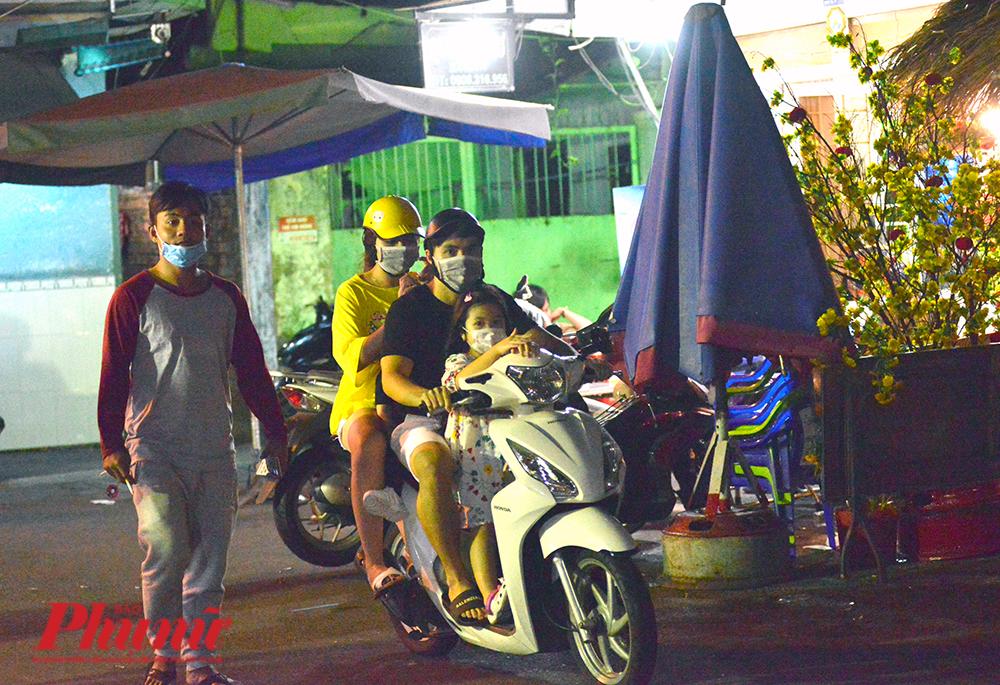 Từ các ngóc ngách trong con hẻm 245 Nguyễn Trãi, những chiếc xe máy phóng vút ra đường lớn. Đa phần là những gia đình nhỏ chở con cái đi chơi Tết. Có tiếng giải thích cho việc phóng xe nhanh là do Lâu ngày không chạy xe, làm một cú lạng xem tay chân thế nào.