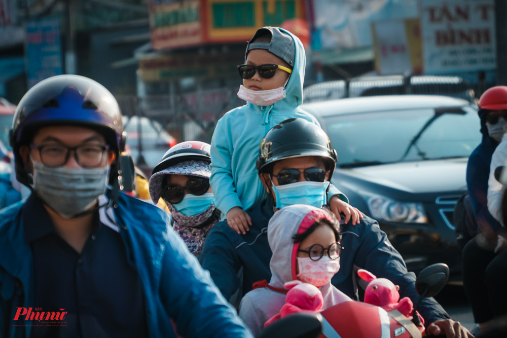 Nắng nóng khiến nhiều em nhỏ không chịu ngồi yên trên xe