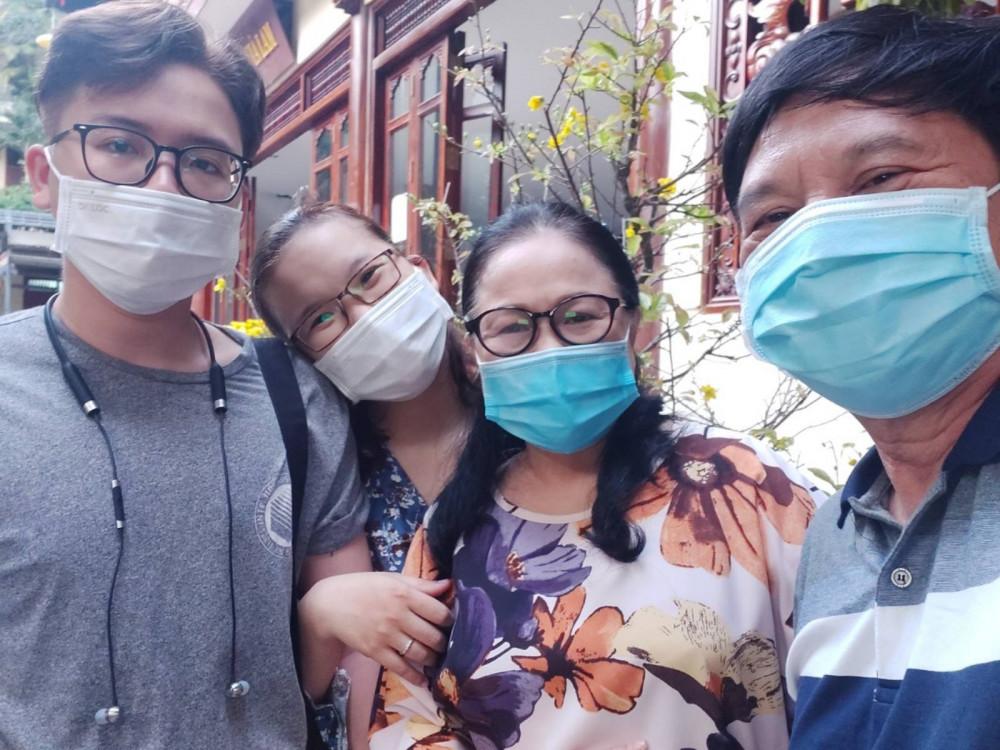 Nghệ sĩ Ái Như cùng gia đình với chiếc khẩu trang không thể thiếu trong mùa dịch.