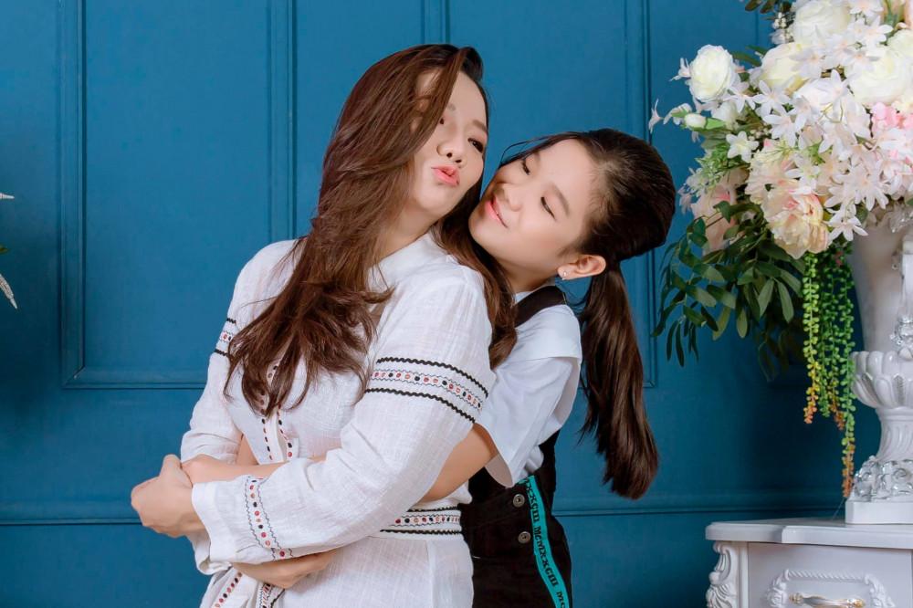 Nghệ sĩ Ngọc Duyên ở nhà cùng con gái trọn Tết nay.