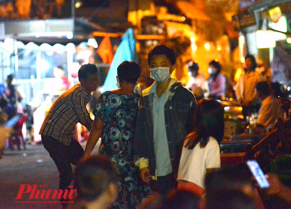 Vui mừng vì được gỡ phong tỏa, nhiều cư dân hẻm 245 Nguyễn Trãi, quận 1, TPHCM đã ùa ra đường, tụ tập, đi chơi. Nhiều trong số đó không đeo khẩu trang hoặc đeo không đúng cách