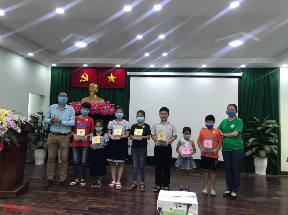 Nhiều em học sinh khó khăn được tặng học bổng năm học mới và dụng cụ học tập