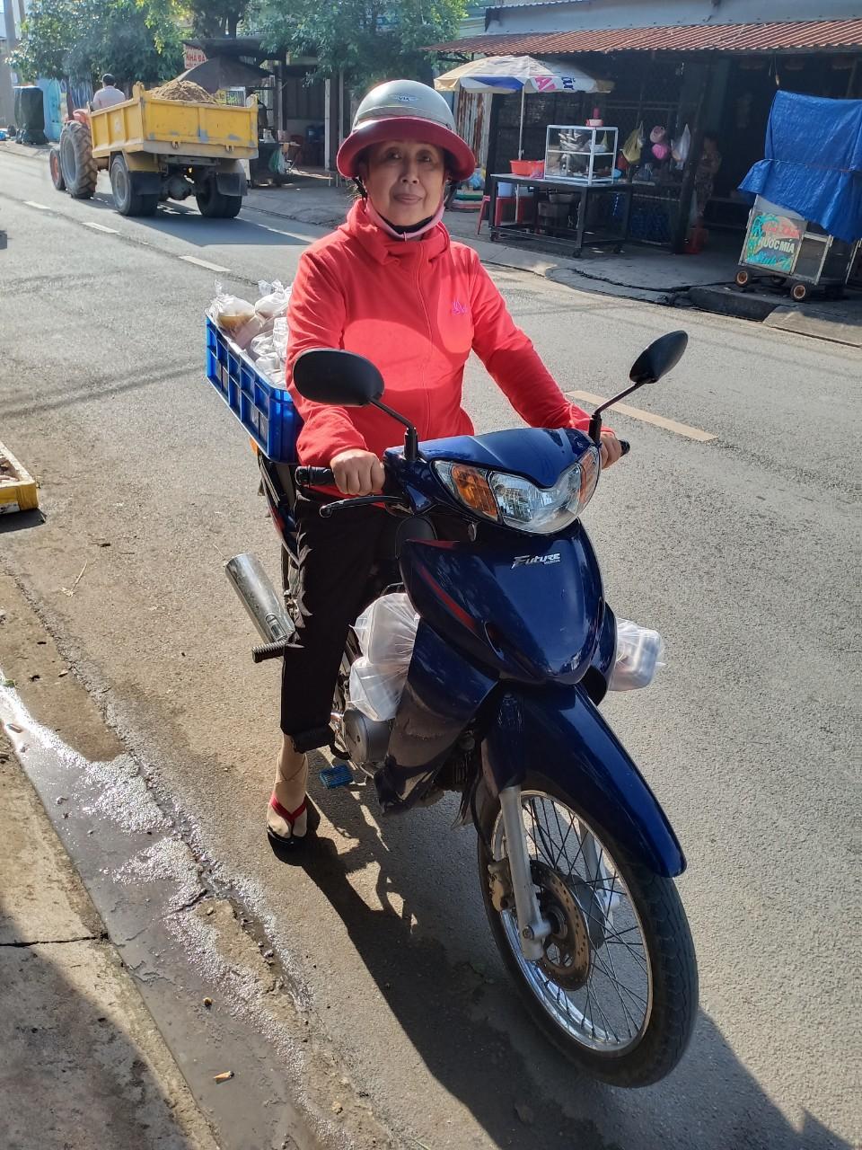 Chị Kim Chi chuẩn bị đi giao những phần ăn đến tận nhà những người bệnh tật