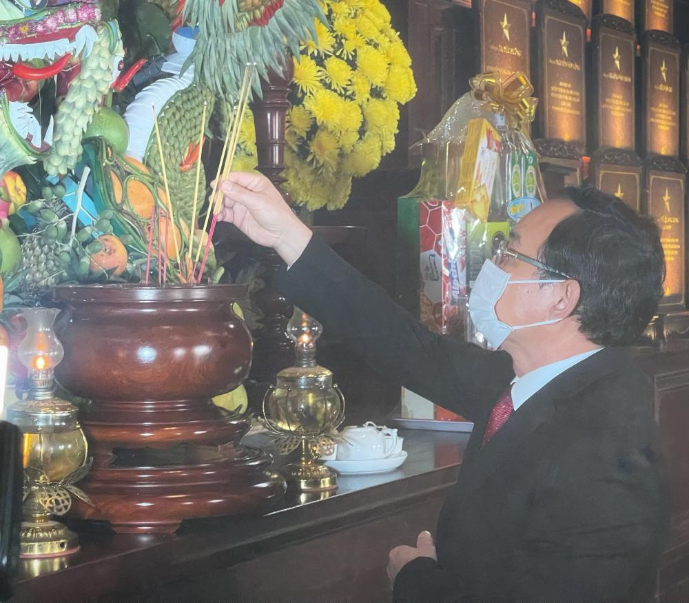Ủy viên Bộ Chính trị, Bí thư Thành ủy TPHCM Nguyễn Văn Nên dâng hương lên anh linh các anh hùng cách mạng.