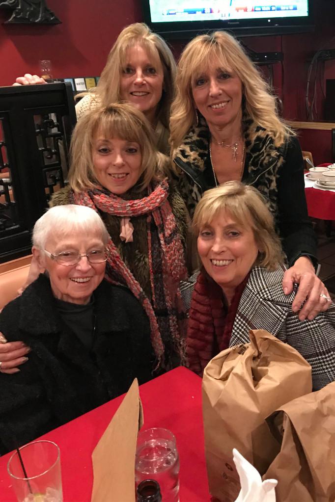 Cụ bà Evelyn Gengenbach cùng 4 người con gái - Ảnh: New York Post
