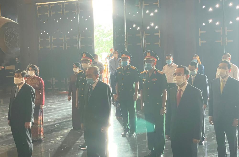 Phút mặc niệm tưởng nhớ những bậc anh hùng cách mạng đã góp công vào sự nghiệp giải phóng dân tộc.