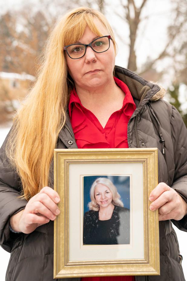 Wendy Naborre cầm di ảnh của mẹ cô, bà Theresa Devaul - Ảnh: Dennis A. Clark