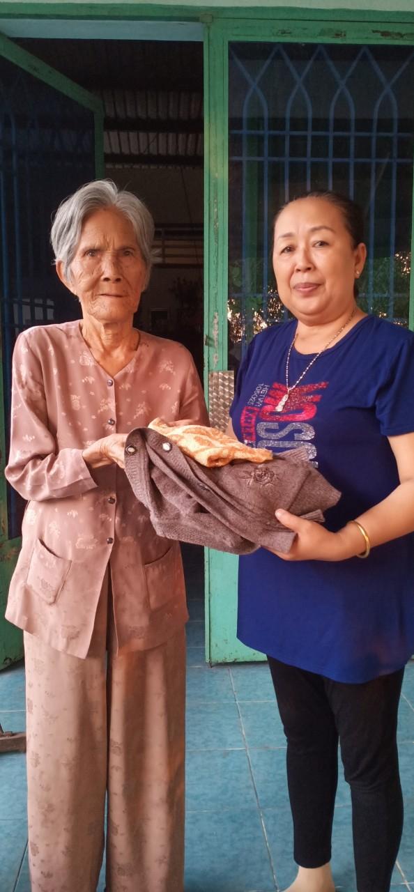 Không chỉ trao tặng những phần ăn, mùa lạnh vừa qua, các thành viên trong Bếp Yêu thương Từ Tâm còn mua áo lạnh, góp tặng người nghèo