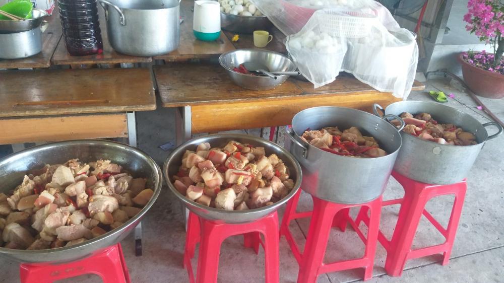 Những phần thịt kho trứng các chị nấu xong chuẩn bị vào hộp mang trao chiều 29 Tết Tân Sửu