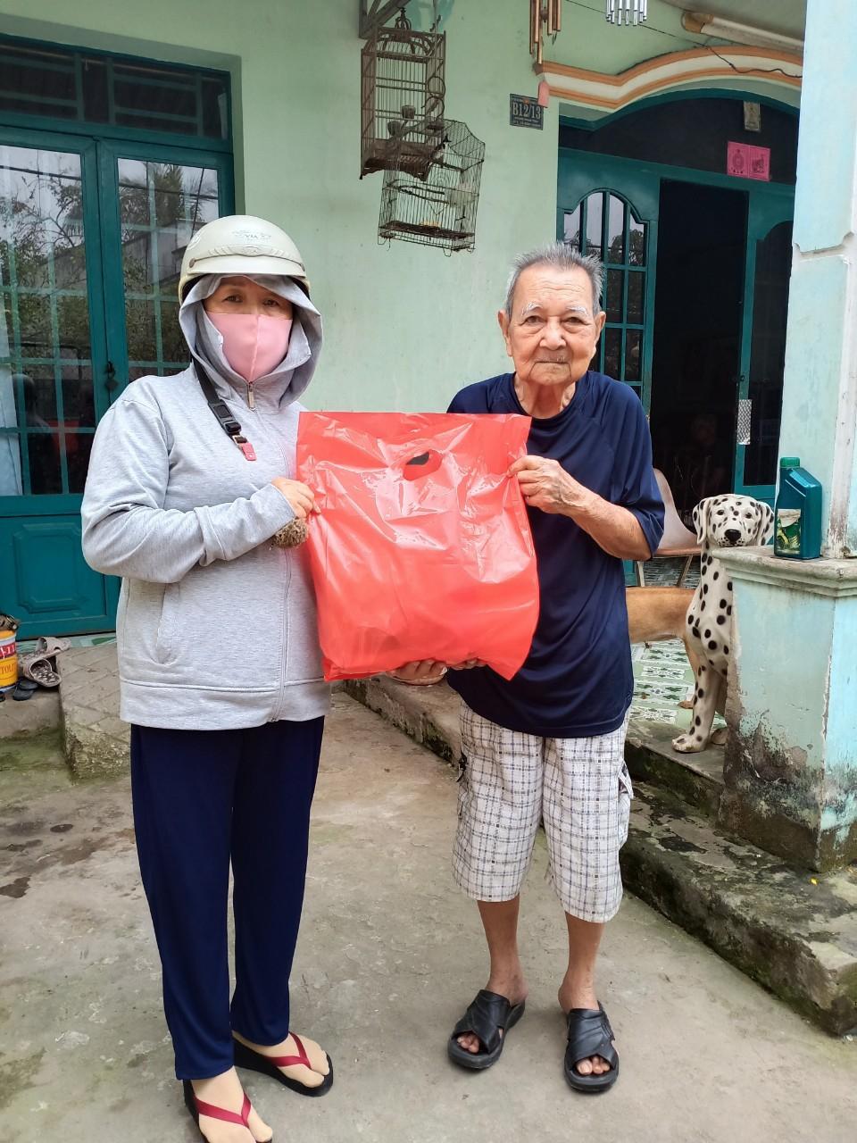 Thành viên Bếp Yêu thương Từ tâm trao quà Tết cho người khó khăn.