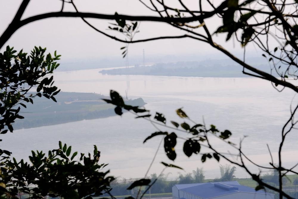 Từ đền thờ Quang Trung có thể ngắm trọn vẹn dòng sông Lam thơ mộng