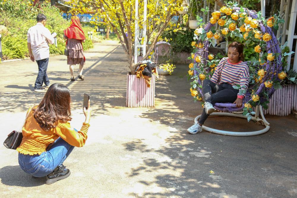 """Khu du lịch hồ Ea Kao - điểm hẹn của các bạn trẻ, một nơi để """"sống ảo"""" không thể bỏ qua với người yêu hoa và thích chụp ảnh"""