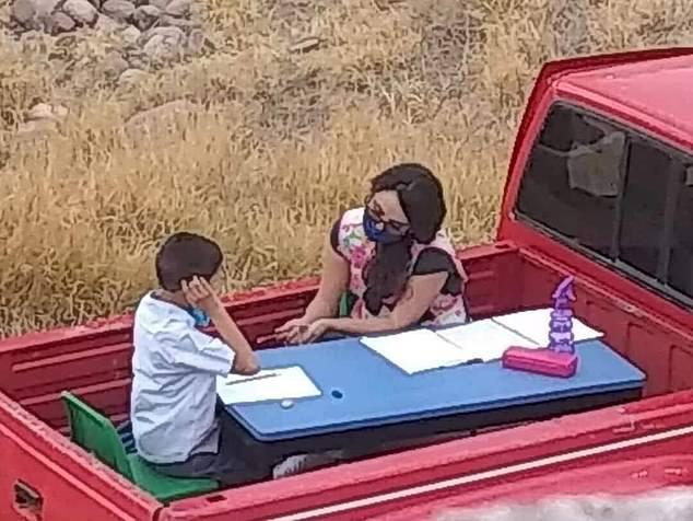Tấm ảnh này đã thu hút sự quan tâm của công chúng tại Mexico với những lời khen ngợi dành riêng cho cô giáo tốt bụng