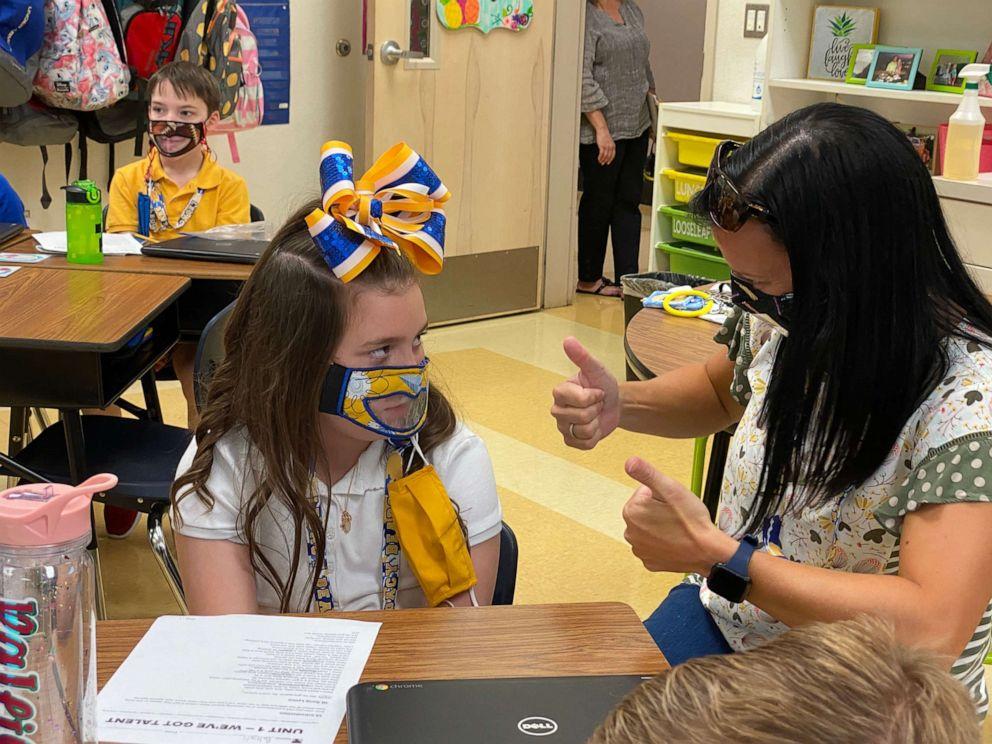 Cô bé Baleigh Berry, 9 tuổi, là học sinh khiếm thính. Giờ đây, em đã có thể hiểu được những gì cô giáo giảng nhờ vào chiếc khẩu trang đặc biệt này